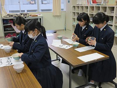 陶器について説明をうける生徒