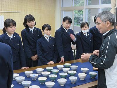 陶器にやすりがけをおこなう生徒たち